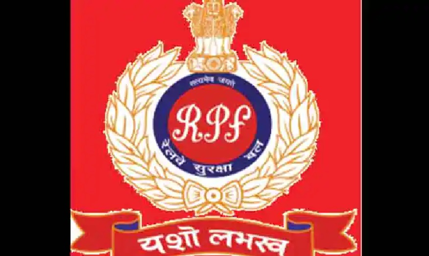 RPF jawan saved woman's life by jumping on railway track, watch video
