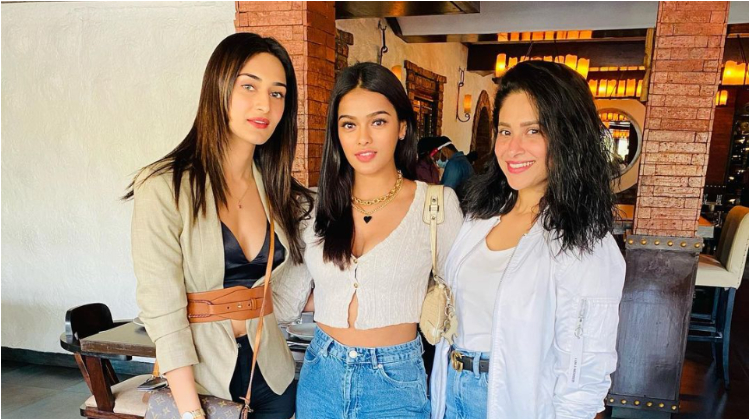 Erica Fernandes reunites with 'Kasautii Zindagii Kay' girls for lunch | Bollywood Bubble