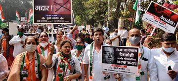 Maha Congress protests against Arnab Goswami, hits posters with shoes