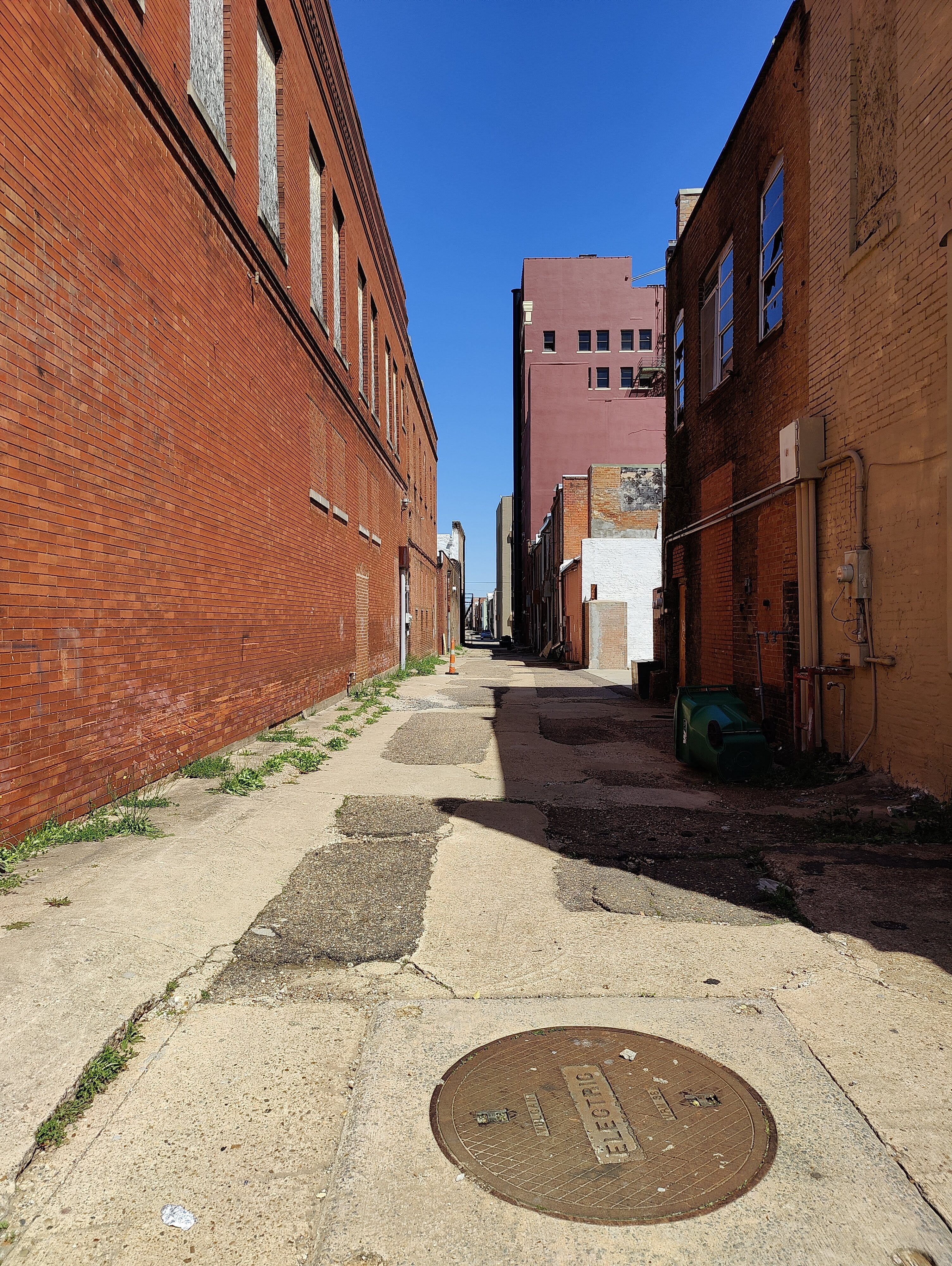 OnePlus 9 Pro Camera Sample: An alleyway shot with the main camera